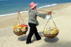 Mulheres tailandesas que vendem frutas, Pattaya fotografia de stock