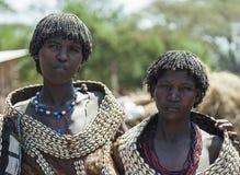 Mulheres tradicionalmente vestidas do tribo de Tsemay Weita Vale de Omo etiópia Imagem de Stock