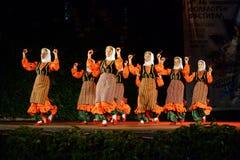Mulheres turcas que dançam com as colheres de madeira na fase do festival do folclore Fotos de Stock