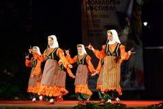 Mulheres turcas que dançam com as colheres de madeira na fase do festival do folclore Fotografia de Stock