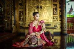 Mulheres vestidas no vestido tailandês tradicional foto de stock