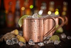 Muli freddi di Mosca - Ginger Beer, calce e vodka fotografie stock libere da diritti