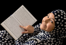 Mulim女孩读书古兰经 免版税库存照片