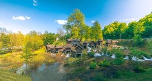 Mulini a acqua di legno storici sui laghi Pliva intorno a Jajce con la bella natura intorno  Immagine Stock