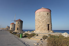 Mulini di vento del porto di Rhodes Mandraki La Grecia Immagine Stock Libera da Diritti