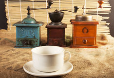 Mulini e tazze di caffè Fotografie Stock Libere da Diritti