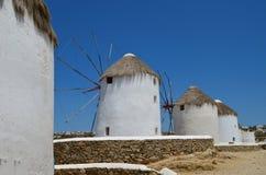 Mulini a vento bianchi sull'isola di Mykonos La Grecia Fotografie Stock