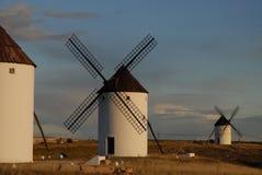 Mulini a vento che trascurano le pianure di La Mancha, Spagna fotografie stock