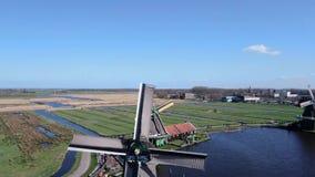 Mulini a vento d'avvicinamento di stupore del video del fuco allo Zaanse Schans archivi video