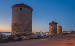 Mulini a vento del porto di Mandraki sull'isola di Rhodes Greece Immagini Stock Libere da Diritti