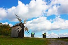 Mulini a vento di legno a colori alberi fotografia stock libera da