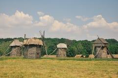 Mulini a vento di legno d'annata nel campo Immagini Stock Libere da Diritti