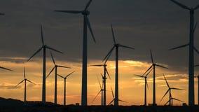 Mulini a vento di potere nel deserto di California al tramonto archivi video