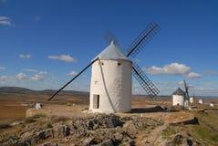 Mulini a vento e le pianure di La Mancha, Spagna immagine stock
