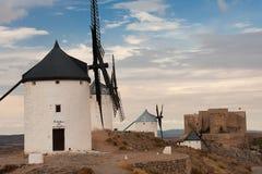 Mulini a vento e paesaggio del castello fotografia stock