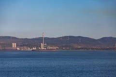 Mulini a vento ed industria sulla costa di Gibralter Fotografia Stock Libera da Diritti