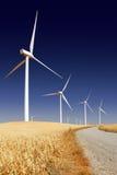 Mulini a vento generatori di forza motrice bianchi rigidi Fotografia Stock