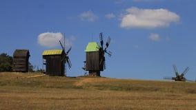Mulini a vento nei campi d'ingiallimento Fotografie Stock