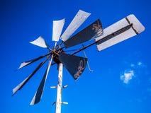 Mulini a vento olandesi con cielo blu Immagini Stock Libere da Diritti