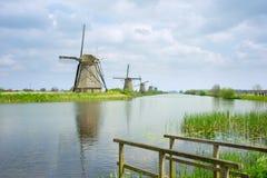 Mulini a vento olandesi nel giorno di estate Immagine Stock