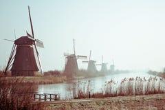 Mulini a vento olandesi tradizionali all'alba Immagini Stock Libere da Diritti