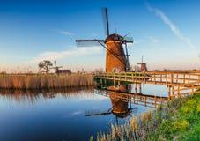 Mulini a vento olandesi tradizionali dal canale Rotterdam l'olanda Fotografia Stock Libera da Diritti