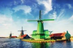 Mulini a vento olandesi tradizionali dal canale Rotterdam l'olanda Immagini Stock Libere da Diritti
