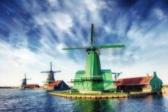 Mulini a vento olandesi tradizionali dal canale Rotterdam l'olanda Immagine Stock