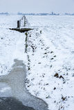 Mulini a vento storici in un terreno coltivabile olandese freddo e nevoso fotografie stock