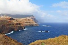 Mulini a vento sul litorale brusco di Oceano Atlantico fotografie stock