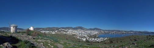 Mulini a vento sul pendio di collina di Bodrum, Turchia Immagini Stock