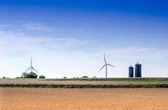Mulini a vento sull'azienda agricola nel Midwest Fotografie Stock Libere da Diritti