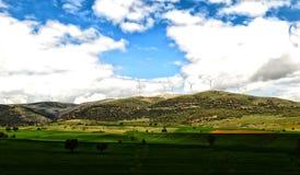 Mulini a vento sulla collina Immagini Stock