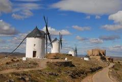 Mulini a vento sulle pianure di La Mancha, Spagna fotografia stock libera da diritti