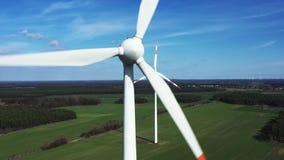 Mulini a vento in tempo soleggiato stock footage