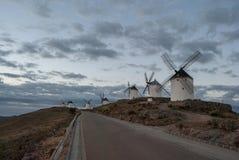 Mulini a vento tradizionali a Consuegra al tramonto, Toledo, Spagna fotografia stock libera da diritti