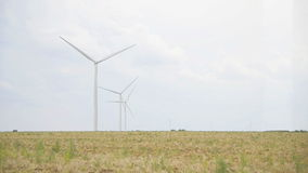 Mulini a vento in un campo video d archivio