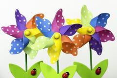 Mulini a vento variopinti del giardino floreale Fotografia Stock