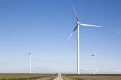 Mulini a vento vicino alla diga lungo il Waddenzee olandese Immagini Stock Libere da Diritti