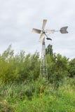 Mulino a acqua completamente automatico del vento del metallo in un'area scenica Immagini Stock