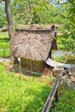 Mulino a acqua con il tetto ricoperto di paglia nel villaggio di stile di gassho di Ogimachi, J Fotografia Stock Libera da Diritti
