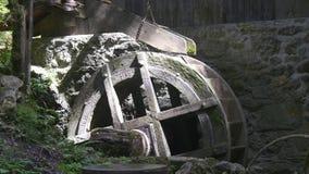 Mulino a acqua di filatura antiquato stock footage