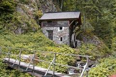 Mulino a acqua nella foresta Fotografie Stock Libere da Diritti