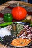 Mulino antico della spezia dell'oro con molti fagioli, zucca gialla, riso e legumi Immagine Stock Libera da Diritti