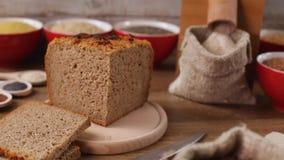 Mulino da tavolo che produce l'intera farina del grano per pane casalingo video d archivio