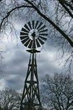 Mulino di vento negli alberi Immagini Stock