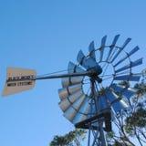 Mulino di vento nell'entroterra fotografia stock libera da diritti
