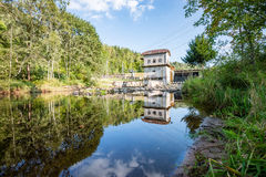 Mulino elettrico su un fiume di estate Immagini Stock Libere da Diritti