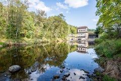 Mulino elettrico su un fiume di estate Fotografia Stock Libera da Diritti