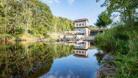 Mulino elettrico su un fiume di estate Fotografia Stock